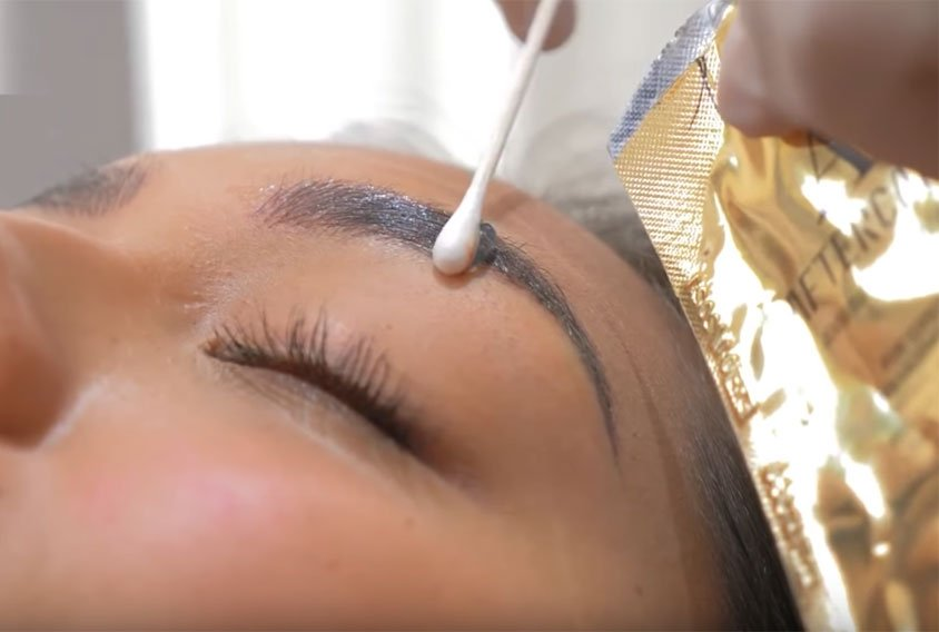 treating eyebrows during scabbing